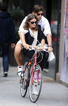 Olivia Palermo Johannes Huebl Photos - Cute couple Olivia Palermo and boyfriend Johannes Huebl double up on their bike as they ride around in Soho in New York City. - Olivia Palermo and Johannes Huebl Bike in Soho Estilo Olivia Palermo, Glamour Mexico, Johannes Huebl, Kooples, Stylish Couple, Cycle Chic, Bicycle Girl, Looks Chic, Bike Style