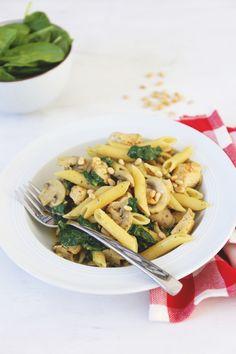 Pasta met kip en spinazie Sweet Recipes, Healthy Recipes, Kitchen Time, Pizza Recipes, Pasta Dishes, Bon Appetit, Pasta Salad, Pesto, Main Dishes