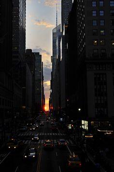 El sol se pone sobre la calle 42 en el paso elevado de Park Avenue en Manhattan, Nueva York, ciudad en un fenómeno conocido como Manhattanhenge (Jeffrey Furticella/AP)