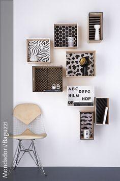 Eine praktische und zugleich stylische Wandgestaltung ist ein Regal, das man aus individuell gestalteten Boxen selber bauen kann. Die Innenseiten der Boxen einfach mit beliebigen Dekopapier bekleben und anschließend die Fächer an der Wand befestigen. Fertig ist ein individuell gestaltetes DIY-Regalsystem.