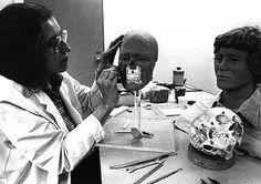 Skullpture Studio artist attempting to reconstruct the face on an unidentified Gacy victim John Wayne Gacy, Jeffrey Dahmer, Serial Killers, American History, Crime, Face, Scene, Studio, Artist