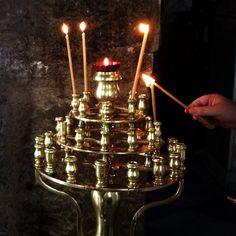 Paikallinen perinne: mehiläisvahakynttilän  sytyttäminen ortodoksisessa kirkossa / Local tradition: lighting a #beeswax candle made in the #Orthodox #church. #greece