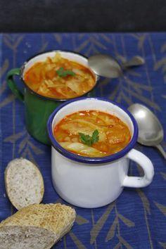 ¿Qué está de temporada en febrero? ¡el repollo! Prueba esta deliciosa y ligera Sopa de repollo y tomate: