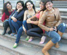 Florecitas en La Piedad, 23. En la escalinata del templo central, se ve a Cristina Brenda, Sarai, Alejandra y Madelein.