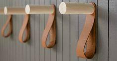 Cabideiro de couro e madeira.