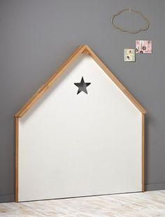 Une tête de lit en forme de maison pour rehausser la déco de la chambre. DétailsHaut. 120 cm. Larg. 110 cm. Étoile perforée. Se fixe au mur. Matières
