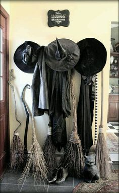 Last-minute decorating is something I'm VERY knowledgeable about. One means is to make your own Halloween decorations. These DIY Halloween decorations. Entree Halloween, Halloween Entryway, Halloween Home Decor, Halloween Witch Decorations, Samhain Decorations, Halloween Party Themes, Halloween Decorating Ideas, Living Room Halloween Decor, Decorating Games