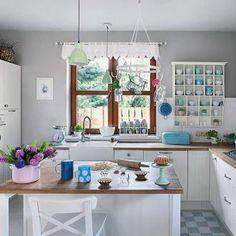 Zabudowana szafkami, z miejscami do siedzenia, zastąpi tradycyjny stół. Zamiast półek możesz nad nią zawiesić obręcz z haczykami. Jeśli planujesz na wyspie płytę kuchenną, pamiętaj, że potrzebny będzie też specjalny okap, montowany do sufitu