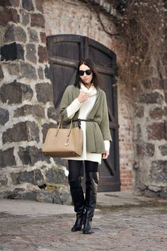 sweter-khaki-stylizacja #street #fashion #street #style #over #knee #shoes #overknee #boots #over #the #knee #shoes #high #boots #overthekneeboots #overtheknee #beige #sweater #oversized #sweater #khakisweater #khaki #michaelkors #bag #jestsetbag #jetset #michaelkors #outfit