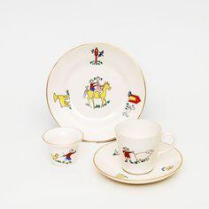 Bondegården barneservise med liten koppmed skål, liten tallerken og eggeglass. Delene finnes i flere motiv varianter.