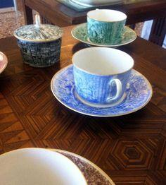 """""""A tavola con #Costantini"""". Biblioteca Comunale a #LavenoMombello, per #Expo2015. Piatti in #ceramica, con decoro """"Incisa oro Zecchino"""" e tazze in ceramica per il té. """"Dining with Costantini"""". Public Library in Laveno Mombello for Expo2015. #Ceramic #plates, decorated in """"Engraved gold Zecchino"""" and ceramic #teacups"""