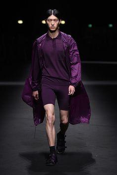 As roupas tem mais movimento e trazem referências esportivas, os looks são mais leves, com sobreposições e as silhuetas mais amplas.