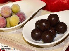 Con unas uvas congeladas y un poco de chocolate fundido podemos hacer unos deliciosos dulces para Navidad o para cualquier ocasión. Son unos bombones de fruta natural, uvas bañadas con chocolate, tan sencillas como irresistibles. Puedes decorarlas con oro en polvo, rebozarlas con frutos secos picados...