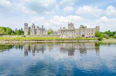 Ashford Castle, Irlanda. Este castillo medieval situado en el condado de Mayo es uno de los más bonitos de toda la Isla Esmeralda. La fortaleza, que es más un palacio que otra cosa, está a orillas del lago Corrib y se construyó en el siglo XIII para una familia anglonormanda. En el siglo XVIII cayó en manos de los Guinness, que lo vendieron en 1945. En la actualidad el castillo de Ashford es un lugar de fantasía en el que puedes pasar una noche o más (es un hotel de cinco estrellas).