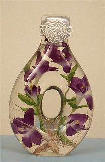 Would you like to learn how to make beautiful glass bottles decorated with flowers? Christmas Bulbs, Christmas Decorations, Holiday Decor, Glass Bottles, Perfume Bottles, Flowers Today, Altered Bottles, Recycled Bottles, Bottle Crafts