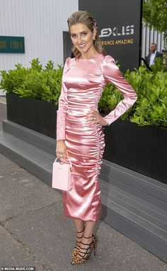 Kate Waterhouse shines in a hard to pull off satin ruched dress at the Oaks Day races in Melbourne Satin Gown, Satin Dresses, Gowns, Pretty Dresses, Beautiful Dresses, Pink Outfits, Fashion Outfits, Ruched Dress, Celebrity Dresses