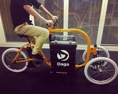 色々試験する為ホイールベースが長かったりポジションがタイトだったりするんですが車体自体はこんな感じの大きさでも載ってる箱は小さく見えて何気に90ℓくらいあります頑張れば150ℓくらいはいけそう#dagastroke #cargobike #ebike #カーゴバイク