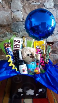 anchetas de dulces un regalo especial Boyfriend Anniversary Gifts, Boyfriend Gifts, Candy Boquets, Valentine Baskets, Diy Gift Baskets, Chocolate Bouquet, Ideas Para Fiestas, Party In A Box, Candy Gifts