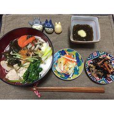 ohyaaan#晩ごはん 3/6  こっちに着いてから、新居の採寸、家具の間取り考えて、クタクタで帰宅  遅いごはんだったので胃に優しいものを✨  #野菜と海藻もりもりうどん #なます #五目ひじき #もずく酢  うどんはあごだしと白出汁と北海道産の#利尻屋みのやの湯豆腐昆布 でお出汁をとってさっぱり優しい味  そこに鳥もも肉と人参としめじとほうれん草とネギとわかめと三つ葉煮込んで、麺が見えないほど盛りまくる笑。 山芋のすりおろしと#善光寺柚子七味 かけて出来上がり〜✨ 欲張りだから出汁昆布もしっかり具材で頂く 病みつきになりそうな#利尻屋みのやの湯豆腐昆布 ✨ これまたお義父さんからの貰い物だけど通販あったらしてしまいそうなぐらい美味しい  今日はもう仕込む元気がないから お休みなさい〜 明日からまた1週間楽しもう  #晩ごはん#おうちごはん #粗食 #健康ごはん #彩りごはん #dinner #うどん #麺類 #一汁三菜