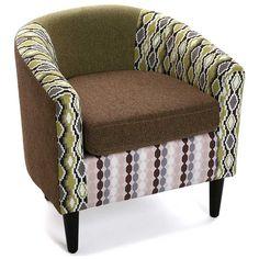 Butaca de brazos y respaldo de estilo moderno con tapizado estampado estilo patchwork en tonos suaves y tranquilos.
