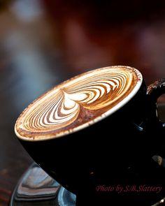 Cappuccino with latte art che delizia Café Latte, Coffee Latte Art, I Love Coffee, Espresso Coffee, Coffee Break, My Coffee, Coffee Drinks, Coffee Shop, Coffee Cups