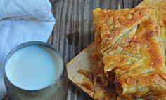 Soğanlı Börek Nasıl Yapılır Kuru soğanlı Börek Nefisssss bir börek..Soğanlı ağır olurmu diye düşünmüştüm en başta ama gerçekten çok lezzetli oleyor,Ayrıca ille de bu börek hamuruyla yapmak zorundadeğilsiniz,kendi börek hamurunuza yadahazıryufkayla yaptıınız bir böğreğede harç olarak kullanabilirsiniz.Ben çok beğendim,umarım siz de dener ve beğenirsiniz. Yalnız dikkat etmeniz gereken ,soğanların çok diri diri kalmaması ve yağRead More Lasagna, Quiche, Pizza, Restaurant, Breakfast, Ethnic Recipes, Desserts, Kitchen, Food