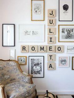 Le mur de cadres donne du style à la chambre