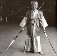Hatsumi Masaaki, VÉRITABLE ninja, Soke (Grand maître) de 9 ryū (écoles d'arts martiaux).  Il a largement contribué à la diffusion de l'histoire du PREMIER SHOGUN du Japon, un NOIR nommé Sakanoue no Tamuramaro.