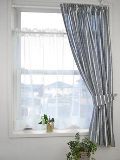 小窓のカーテンに困ったときの解決法とは? 小窓カーテンはカフェカーテンと同じく、つっぱり棒に通して小窓に取り付けるため、安価で簡単に取り付けができます。
