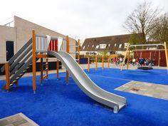 Inspiratie! Kleurrijke speeltoestellen (glijbaan, schommel en duikelrek) op het schoolplein. Deze foto is gemaakt in Schiedam.