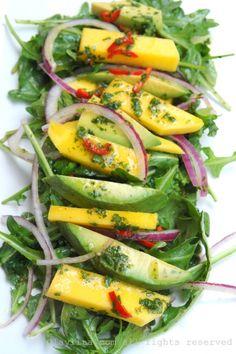 Salada de rúcula, com manga, abacate e cebola com vinagrete picante de laranja.