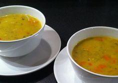 Pittige kerriesoep met kip, prei en kokosmelk is een lekker recept en bevat de volgende ingrediënten: 2 el zonnebloemolie, 1 teentje knoflook, fijngesneden, 1 Spaans pepertje, ragfijn gesneden, stukje verse gemberwortel, ca 3 cm, geraspt, 2 sjalotjes, gesnipperd, 2 el kerriepoeder Madras of Garam Masala, 1 el koenjit, 2 el bloem, 1.5 L kippenbouillon, van 3 blokjes, 400 gr kipfilet, in heel smalle reepjes, 2 stelen prei, in dunne ringetjes, 1 winterwortel, in hele kleine blokjes, 4 dl…