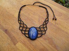 collier macrame avec une pierre semi precieuses sodalite