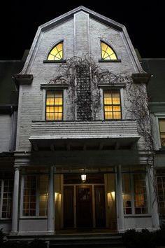 """Absolute Spookiest Scary Movie Places You Can Visit in Real Life (If You Dare!) Lutz House, """"The Amityville Horror"""" remakeLutz House, """"The Amityville Horror"""" remake Spooky House, Creepy Houses, Haunted Houses, Haunted Dollhouse, Haunted Mansion, Spooky Places, Haunted Places, Abandoned Places, Abandoned Houses"""