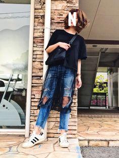 ボーイッシュ ストリート ギャルで使えるブラック ドレス GU(ジーユー) シースルーワンピース x クラッシュデニム ボトム Ungrid(アングリッド) x ホワイト スニーカー adidas(アディダス) x ブラック ショルダーバッグ DEVICE(デバイス)のコーディネート。モデルはna2pooさん。スタイリストの解説つきです。