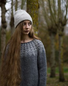 My second Fern and Feather. ♡ . . . . . . . @knit.love.wool #fernandfeather @byhandserial #byhandserial @dererumnatura #dererumnatura @bmandarines #treehousehat #knitlovewool #JennSteingass #jennqueenofyokes #wool # #knitting #strandedknitting #colourwork #handmade #knittersofinstagram #knitstagram #handmadewardrobe #sweaterweather #sweaters #photography #autumn #autumntrees #verylonghair #magichair