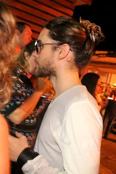 Jared Leto: Rock in Rio Performance with Thirty Seconds to Mars!: Photo Jared Leto rocks cool kicks while grabbing a dinner at a sushi restaurant on Saturday (September in Rio de Janeiro, Brazil. Most Beautiful Man, Gorgeous Men, Jared Leto Long Hair, Man Bun Hairstyles, Haircuts, Jered Leto, Shannon Leto, Beard Styles, Bearded Men