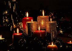 Bougies rouges et or dans la nuit...
