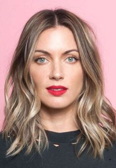 Searching for Sexy Long Bob Hairstyles? There are a plenty of variety of long bob hairstyles are available to style. Here we present a collection of 23 Amazing Long Bob Hairstyles and haircuts for you. Styling Long Bob, Lob Styling, Styling Tips, Carré Long Wavy, Long Bob Fine Hair, Straight Hair, Long Bob Hair Cuts, Long Messy Bob, Long Bob Hairstyles For Thick Hair