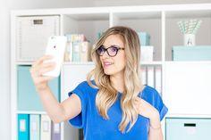 """Chcesz wiedzieć jak zrobić naprawdę dobre selfie? To nie takie trudne, ale musisz przestrzegać kilku zasad. Większość z nich obowiązuje również w przypadku pozowania do zdjęć portretowych, więc przydadzą Ci się nawet jeśli nie zamierzasz nigdzie publikować zrobionych sobie zdjęć """"z ręki"""". Chociaż często się z selfie trochę podśmiewamy, to i tak je robimy – … Selfie, Hair Styles, Fotografia, Hair Plait Styles, Hair Makeup, Hairdos, Haircut Styles, Hair Cuts, Hairstyles"""
