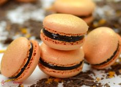Diese fruchtig, herbe Ganache für Macarons schmeckt wie Erfrischungsstäbchen oder die Biskuitkekse mit Geleekern und Schokoglasur. Lecker.