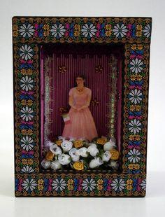 https://flic.kr/p/8wwjJf | Relicário Preto com Rosa | A  moldura que envolve a caixa recebeu aplicação de ponto russo e fundo interno com papel ondulado pintado com tinta metálica rosa. As medidas são: 17,5 de largura, 23,5 cm de altura e 7,5 cm de profundidade.