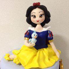 Branca de Neve topo de bolo. Peça modelada à mão por Le Biscuit Denise Marrach Contatos: denisemarrach@hotmail.com 19-99763-9570 e 19-99602-8897