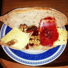 Mini-baguette sin gluten con queso curado, lomo ibérico y nueces.