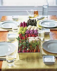 décoration de table de printemps avec des légumes au centre