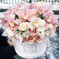 An beautiful floral arrangement with roses and orchids. Hat Box Flowers, Flower Box Gift, Flower Boxes, Pretty Flowers, Ikebana Flower Arrangement, Beautiful Flower Arrangements, Floral Arrangements, Valentine Bouquet, Luxury Flowers