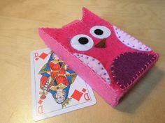 Etui pour cartes à jouer - hibou rose en feutrine  Feutrine rose - violette - blanche - marron - noire Fermeture bouton pression argenté Etui pour un jeu 54 cartes  Taille : - 9683603