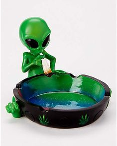 Take your ashtray game to a new galaxy with this smoking alien ashtray! This ashtray is the perfect way to decorate and have a place to trash your butts! Stoner Room, Stoner Art, Spencer, Ganja, Weed Jokes, Puff And Pass, Pipes And Bongs, Aliens And Ufos, Shopping