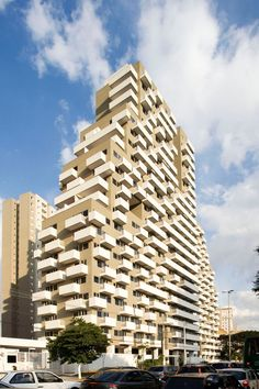 Quem passa pela Rua Vergueiro, pela Avenida 23 de Maio ou Avenida Paulista não fica indiferente a esse belo edifício projetado pelos arquitetos brasileiros Konigsberger & Vannucchi. As torres abrigam escritórios, sendo que cada um deles, internamente, tem um layout diferente.
