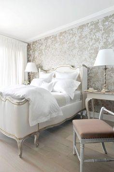un papier peint beige clair à motifs floraux blancs dans la chambre à coucher